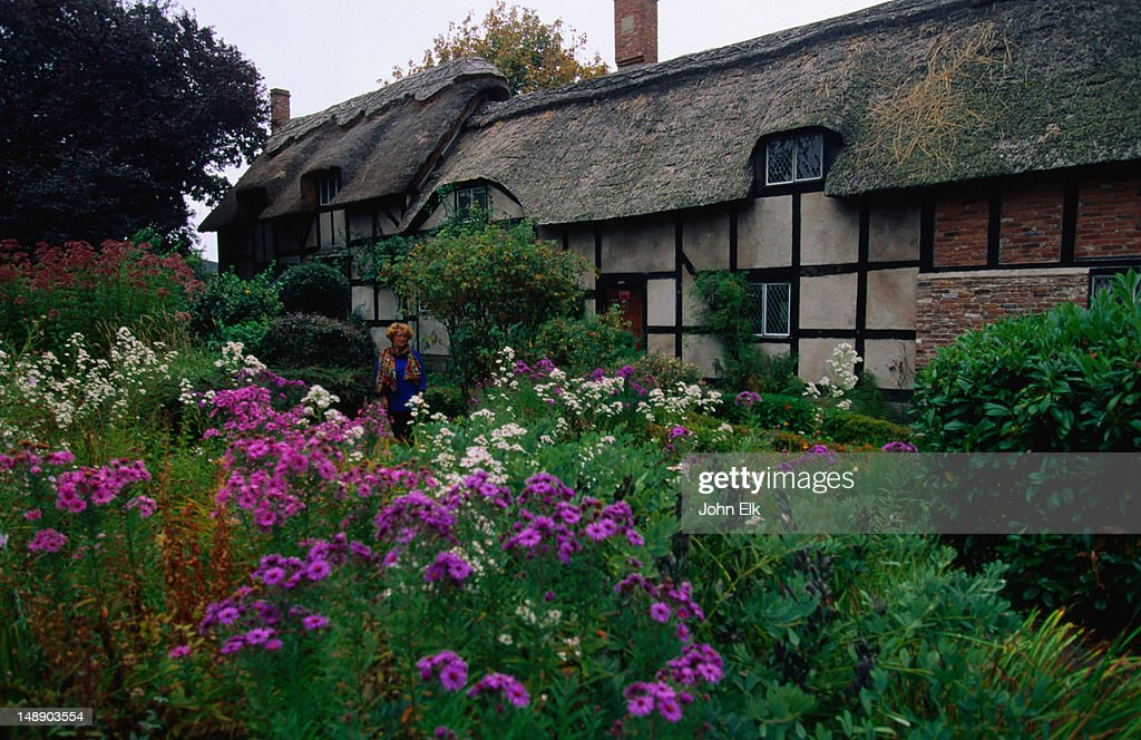 Replica of the thatched cottage belonging to Anne Hathaway, wife of William Shakespeare, in the English Village, Victoria : Foto de stock