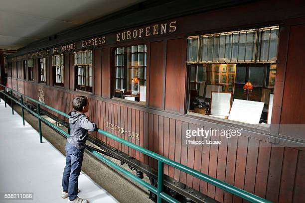 replica of the train carriage in which the armistice was signed between the allies of world war i and germany at compiègne, france, for the cessation of hostilities on the western front of world war i - armistice stock pictures, royalty-free photos & images