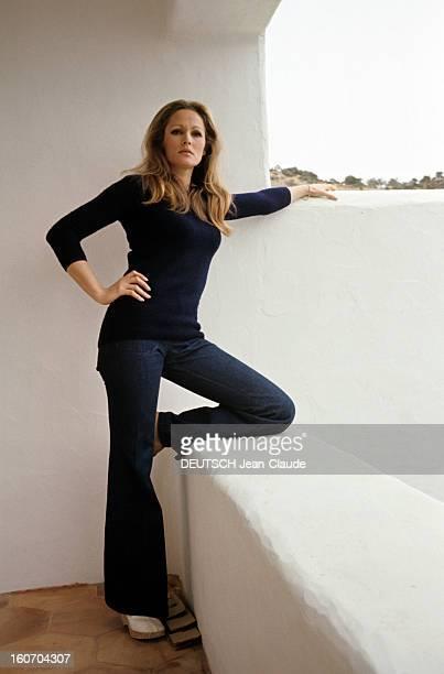 Report On The Island Of Ibiza Ibiza mars 1972 Portrait de l'actrice Ursula ANDRESS en jean et pull de couleur sombre posant un genoux sur le muret du...