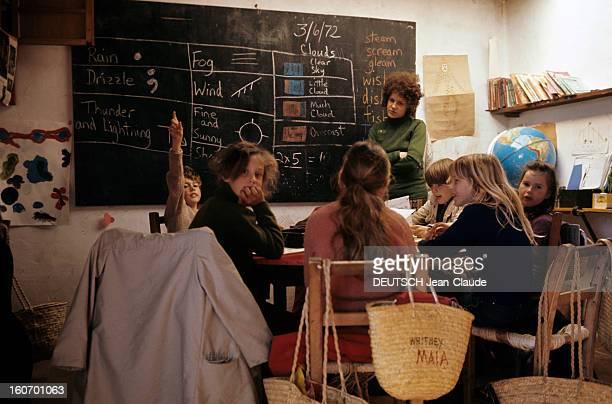 Report On The Island Of Ibiza Ibiza mars 1972 Un groupe d'enfant de hippies est assis autour d'une table devant un tableau noir contre lequel se...