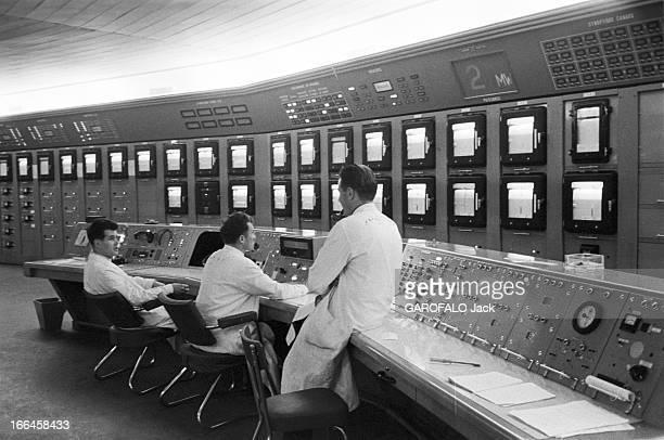Report On The Nuclear Power Plant In Saclay Octobre 1958 Centrale nucléaire de Saclay des techniciens en blouse blanche surveillent la salle de...