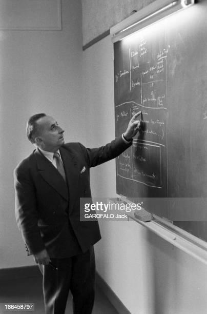 Report On The Nuclear Power Plant In Saclay Octobre 1958 Centre de recherches nucléaires de Saclay Devant un tableau noir comportant des annotation...