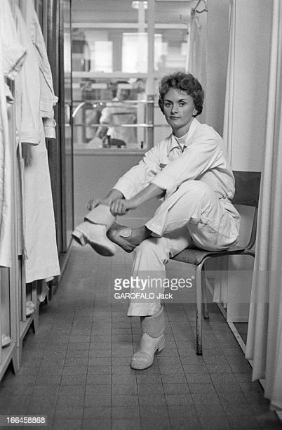 Report On The Nuclear Power Plant In Saclay Octobre 1958 Saclay portrait d'une femme technicienne souriante revêtant une combinaison et des...