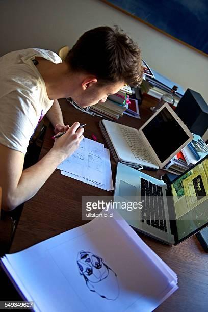 Ein 16jähriger macht sein Schulpraktikum in einem Grafikbüro in Paris hier Der sechszehnjährige Praktikant soll in der Agentur mit dem Computer ein...