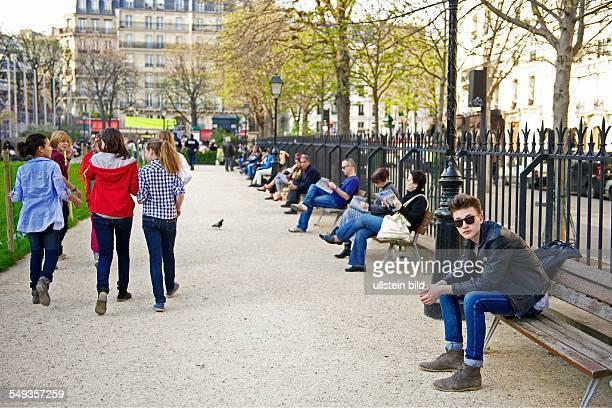 Ein 16jähriger macht sein Schulpraktikum in einem Grafikbüro in Paris hier Der sechszehnjährige Praktikant in einer Pariser Parkanlage