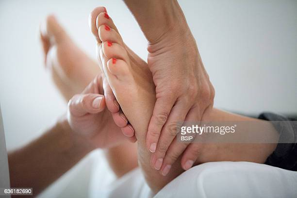 Reportage in a Chinese medecine practice Foot reflexology