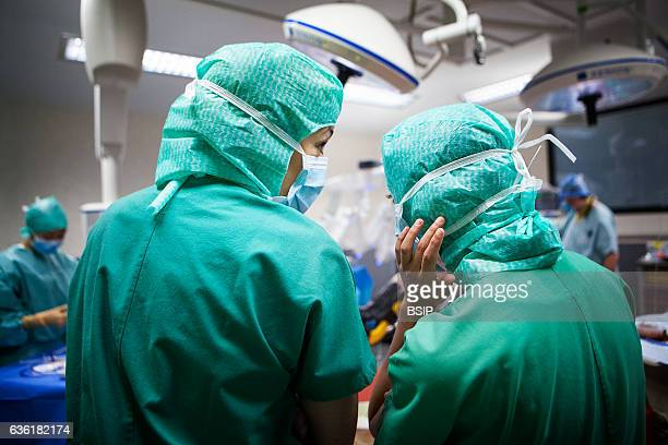Reportage in an operating theatre during a hysterectomy using the da Vinci robot¬ Two student nurses chat
