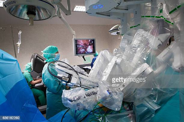 Reportage in an operating theatre during a hysterectomy using the da Vinci robot¬