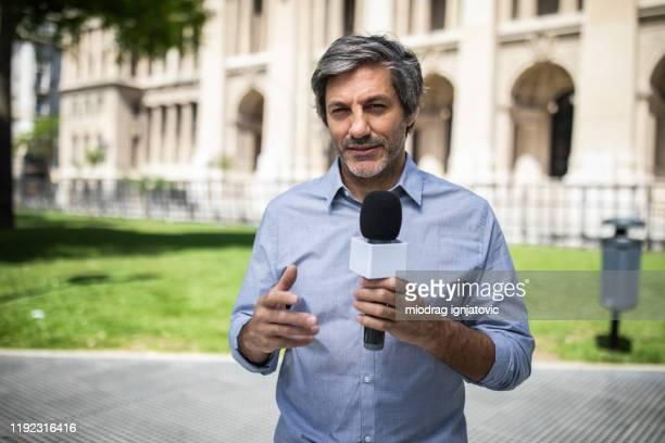 reporter berichtet über nachrichten in buenos aires - journalist stock-fotos und bilder