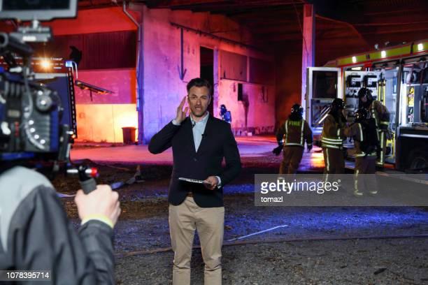 テレビ記者が火 - ジャーナリスト ストックフォトと画像