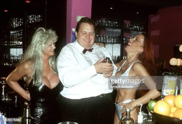 Reporter Engel arbeitet am liebsten auf dem Hamburger Kiez. Da trifft es sich gut, dass ihn eine skurrile Freundschaft mit dem Bordell-Besitzer Eddi...