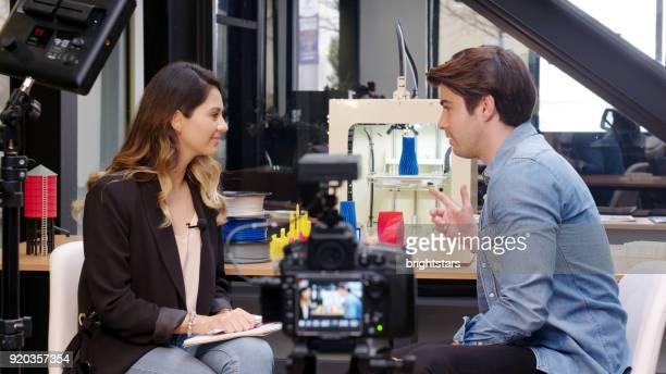 verslaggever interviewen in een 3d-drukkerij - film industry stockfoto's en -beelden