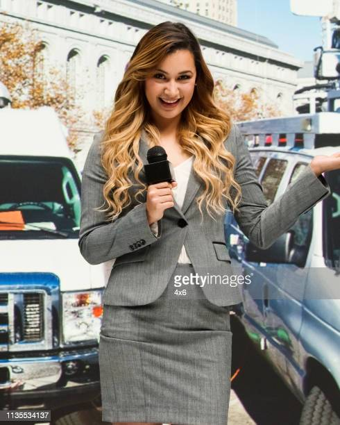 tv reporter is giving a live report on location - american tv presenters stock pictures, royalty-free photos & images
