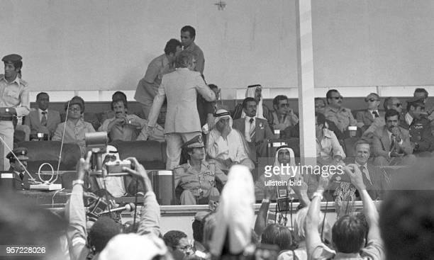 Reporter und Fotografen vor der Tribüne mit dem libyschen Revolutionsführer Oberst Muammar Abu Minyar alGaddafi und Ehrengästen einer Militärparade...