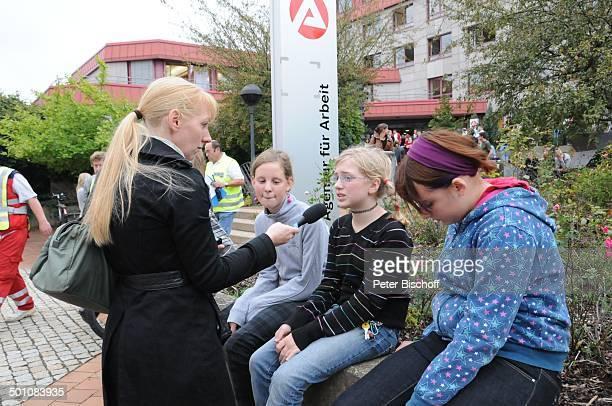 Reporterin und Schüler nach Amoklauf am Gymnasium Carolinum Arbeitsamt Ansbach Bayern Deutschland Europa Schicksal Amok Sammelstelle Interview Mikro...