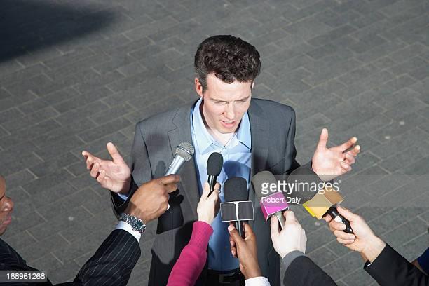 Reporter, die Mikrofone für Politiker