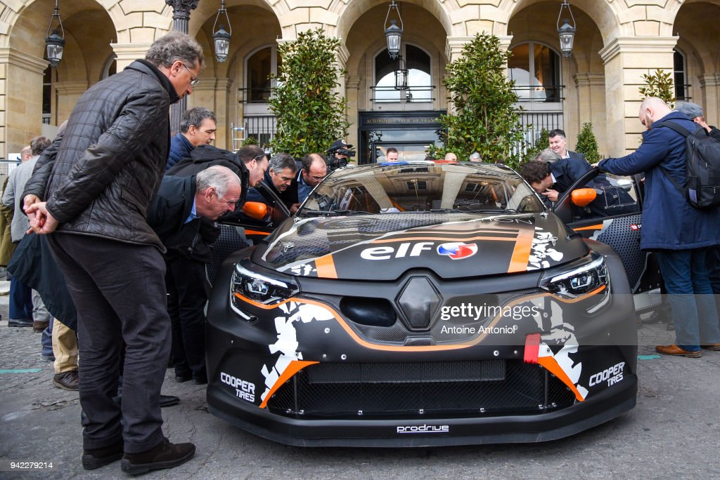 Reporters Look At The Renault Megane Rs Rx On April 5 2018 In Paris News Photo Getty Images