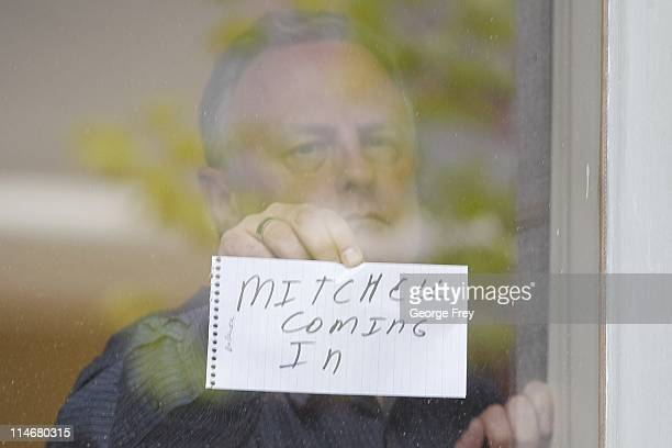 Reporters show notes through a window at the Elizabeth Smart hearing for the sentencing of her kidnapper Brian David Mitchell May 25, 2011 in Salt...
