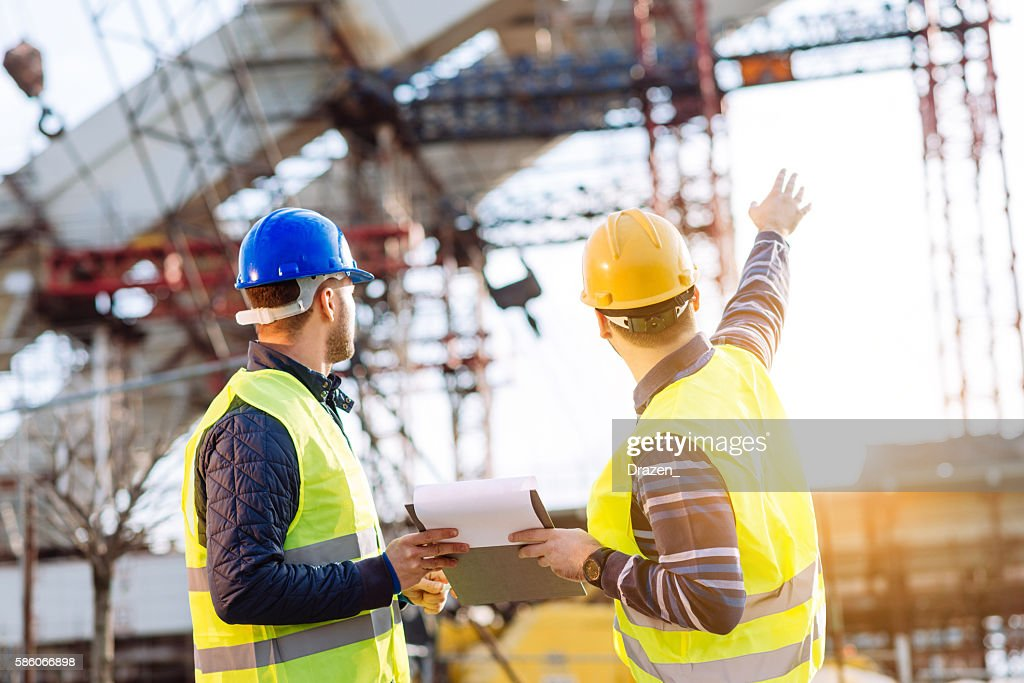 Reporting to contractor at construction site : Foto de stock