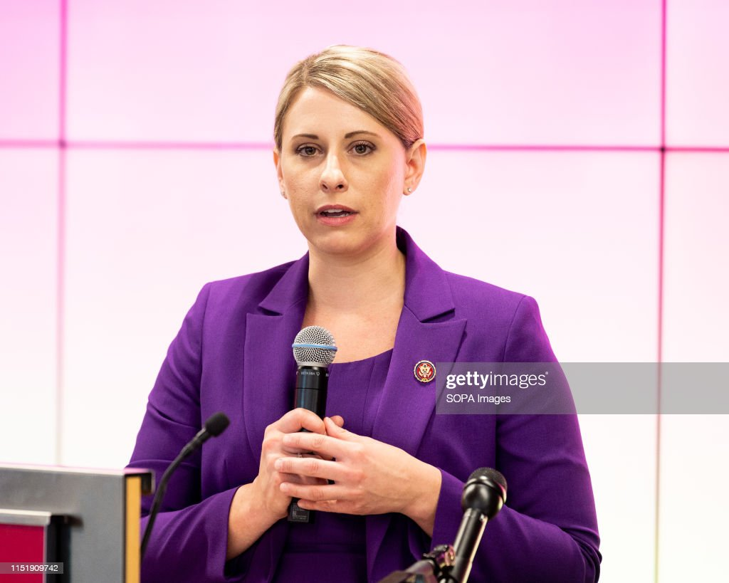 U.S. Representative Katie Hill (D-CA) speaking at the Ignite... : Fotografía de noticias
