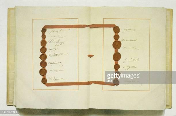 Reprographie d'une douple page extraite du Traité de Versailles à la fin de la Première Guerre Mondiale signé le 28 juin 1919 à Versailles France