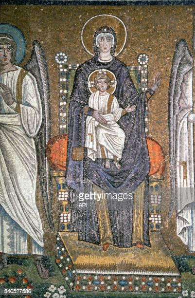 Représentation d'une Vierge à l'enfant sur une mosaïque de la Basilique SaintApollinaireleNeuf à Ravenne Italie