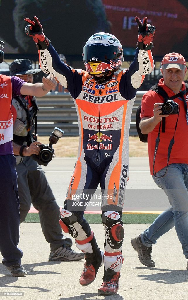 Repsol Honda Team's Spanish rider Marc Marquez celebrates after winning the Moto GP race of the Aragon Grand Prix at the Motorland racetrack in Alcaniz on September 25, 2016. / AFP / JOSE