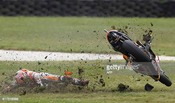 Repsol Honda Team's Spanish rider Marc Marquez crashes out during the Australian MotoGP race at Phillip Island on October 23, 2016. / AFP / DEUS...