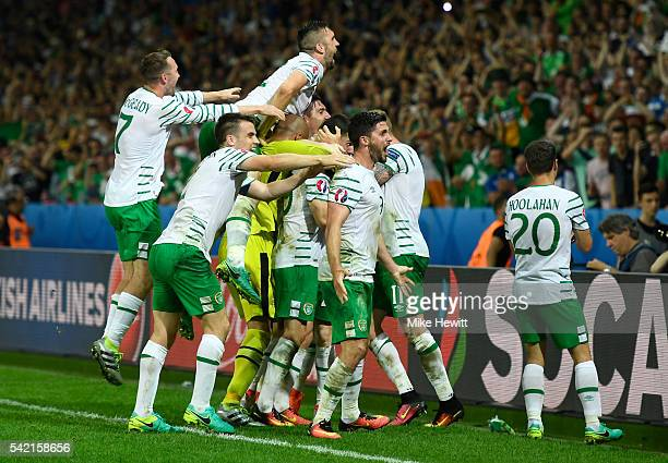 Republic of Ireland players celebrate their team's 10 win after the UEFA EURO 2016 Group E match between Italy and Republic of Ireland at Stade...