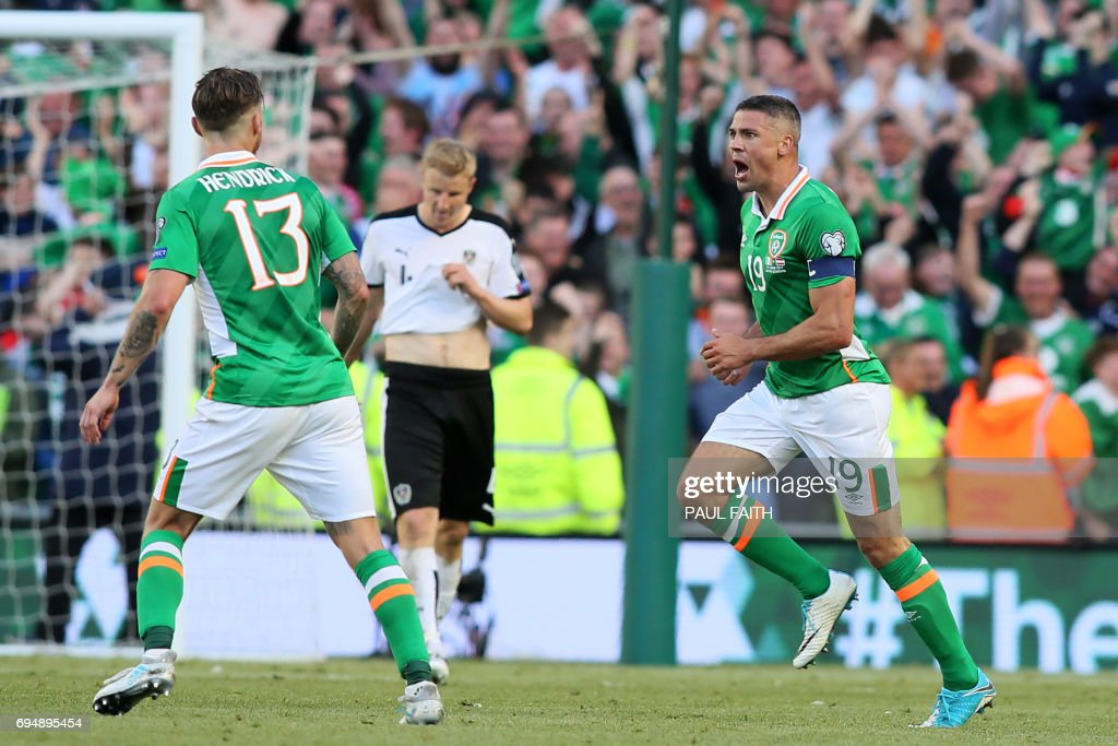 Republic of Ireland's striker Jonathan Walters (R) celebrates with Republic of Ireland's midfielder Jeff Hendrick (L) after scoring their equalizer during the group D World Cup qualifying football match between Republic of Ireland and Austria at Aviva stadium in Dublin on June 11, 2017. The game finished 1-1. / AFP PHOTO / Paul FAITH