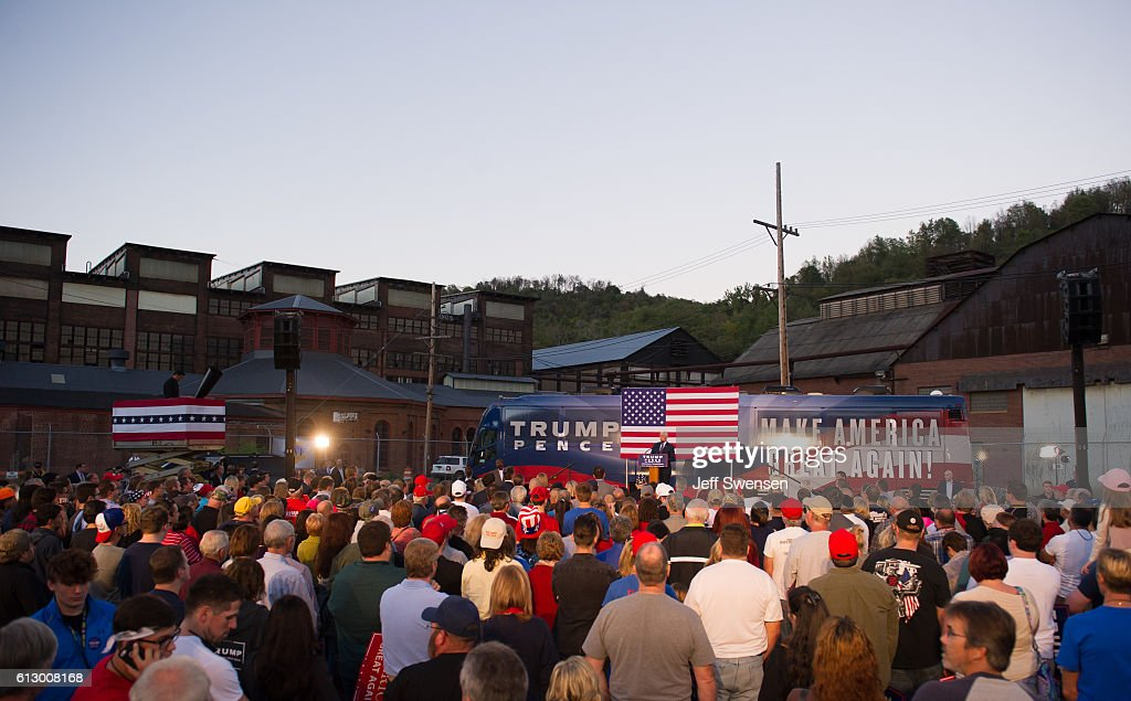 Mike Pence Campaigns In Depressed Rust Belt Town Of Johnstown, PA : Nachrichtenfoto