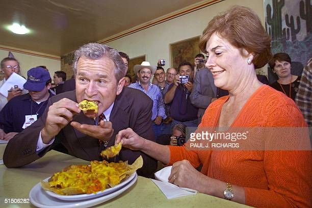 Republican party nominee George W Bush and his wife Laura eat at the La Simpatia Mexican restaurant in Guadalupe California 09 August 2000 Bush...