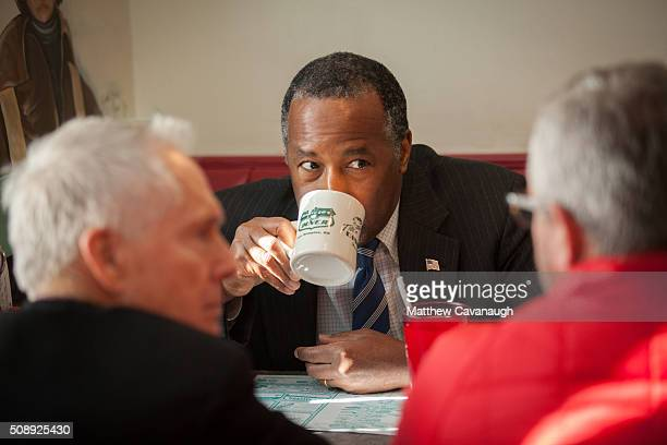 Republican presidential candidate Ben Carson has coffee with staff members during a campaign stop at The Airport Diner on February 7 2016 in...