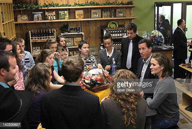 """Republican presidential candidate, former U.S. Sen. Rick Santorum and his wife Karen have lunch with members of the Duggar family of the show """"19..."""