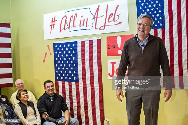 Republican presidential candidate Jeb Bush speaks at a campaign event at his local field office on January 31 2016 in Hiawatha Iowa The Democratic...
