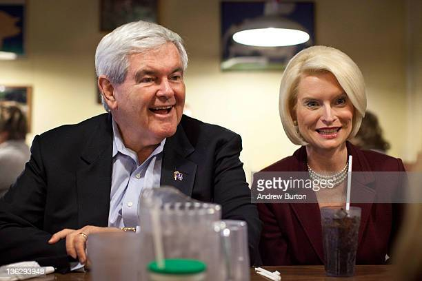 Republican presidential candidate Newt Gingrich sits down for lunch with his wife Callista Gingrich at The Farmer's Kitchen on December 31 2011 in...