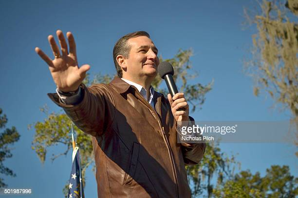 Republican presidential candidate Sen Ted Cruz speaks to crowd during a campaign rally at Ottawa Farms December 19 2015 in Bloomingdale Georgia This...