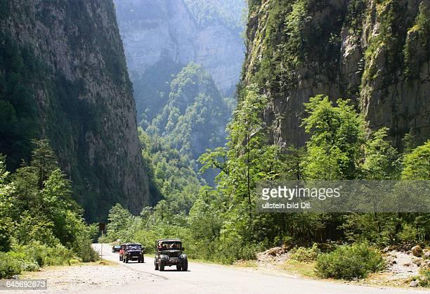 Republik Abchasien Nordkaukasus eine Bergstrasse führt zum See Riza am Ufer des Sees befindet sich im Park eine Datsche Stalins 2012