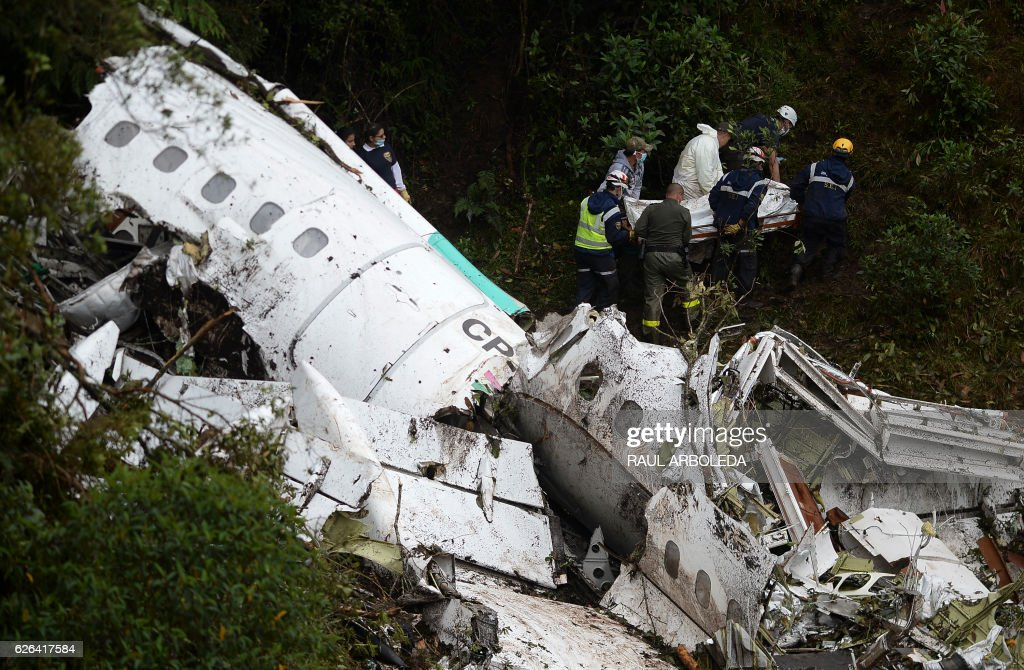 Rescue and forensic teams recover the bodies of victims of the LAMIA airlines charter that crashed in the mountains of Cerro Gordo, municipality of La Union, Colombia, on November 29, 2016 carrying members of the Brazilian football team Chapecoense Real. A charter plane carrying the Brazilian football team crashed in the mountains in Colombia late Monday, killing as many as 75 people, officials said. / AFP / STR / Raul ARBOLEDA
