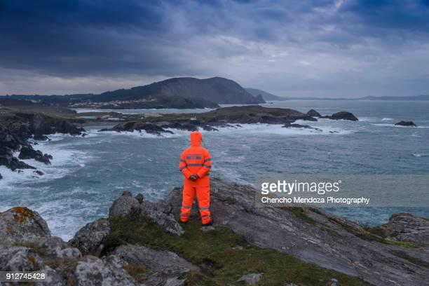 rescue man - rescate fotografías e imágenes de stock