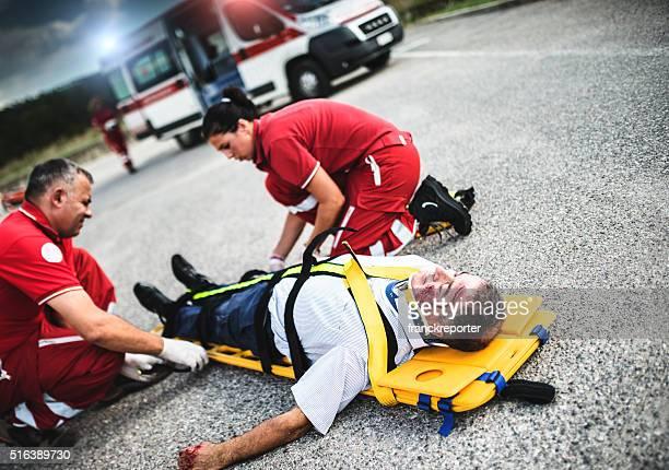Equipo de rescate hombre ayudando heridas