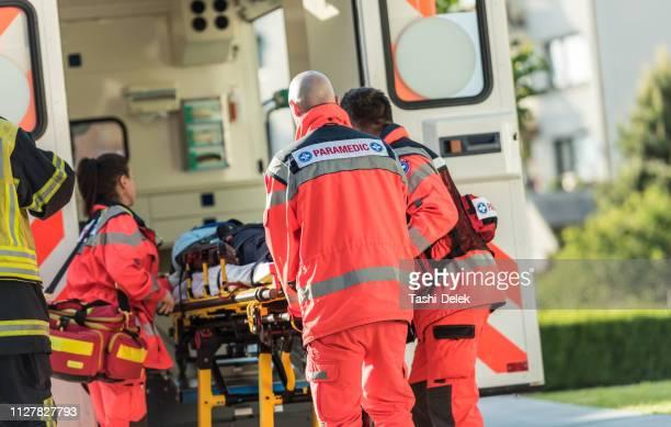 救助チームは、自動車事故の被害者を支援 - 救急救命士 ストックフォトと画像
