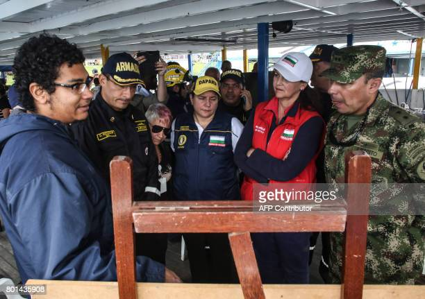 Rescue team members take part in the search of bodies of victims of the sank tourist boat 'Almirante' in the Reservoir of Penol in Guatape...