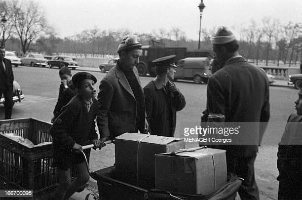 Rescue To The Malgache People Paris Gare d'Orsay 1 Avril 1959 Organisation des dons français après le typhon qui a déferlé sur Tananarive un garçon...