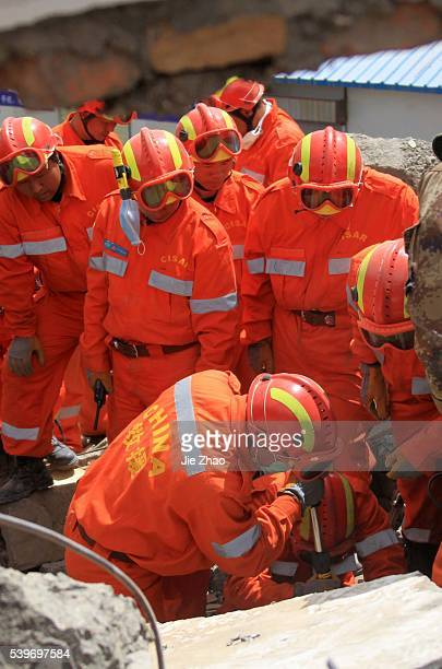 Rescuers and ethnic Tibetans search for survivors in the earthquake-hit town of Gyegu in Yushu County, Qinghai province, April 16,2010.VCP