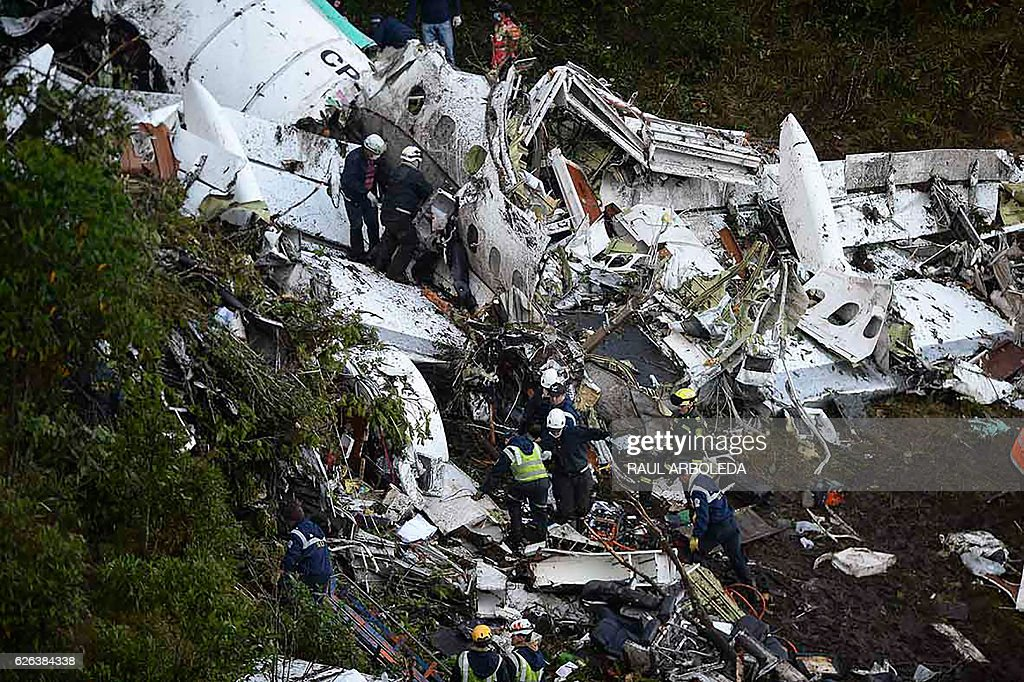 TOPSHOT - Rescuers search for survivors from the wreckage of the LAMIA airlines charter plane carrying members of the Chapecoense Real football team that crashed in the mountains of Cerro Gordo, municipality of La Union, on November 29, 2016. A charter plane carrying the Brazilian football team crashed in the mountains in Colombia late Monday, killing as many as 75 people, officials said. / AFP / RAUL