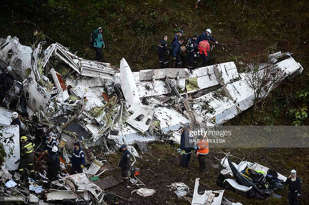 Rescuers search for survivors from the wreckage of the LAMIA airlines charter plane carrying members of the Chapecoense Real football team that crashed in the mountains of Cerro Gordo, municipality of La Union, on November 29, 2016. A charter plane carrying the Brazilian football team crashed in the mountains in Colombia late Monday, killing as many as 75 people, officials said. / AFP / Raul ARBOLEDA / GRAPHIC