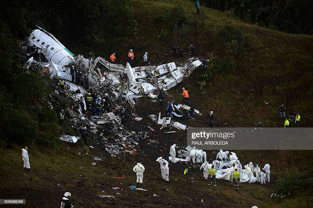 Rescuers search for survivors from the wreckage of the LAMIA airlines charter plane carrying members of the Chapecoense Real football team that crashed in the mountains of Cerro Gordo, municipality of La Union, on November 29, 2016. A charter plane carrying the Brazilian football team crashed in the mountains in Colombia late Monday, killing as many as 75 people, officials said. / AFP / Raul ARBOLEDA