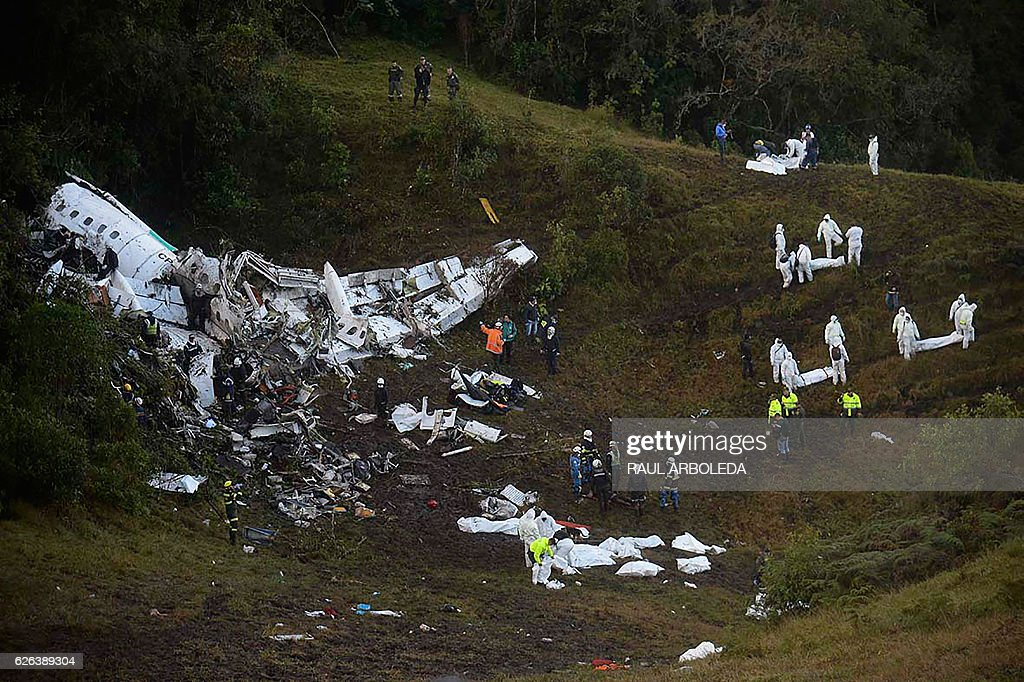 TOPSHOT - Rescuers search for survivors from the wreckage of the LAMIA airlines charter plane carrying members of the Chapecoense Real football team that crashed in the mountains of Cerro Gordo, municipality of La Union, on November 29, 2016. A charter plane carrying the Brazilian football team crashed in the mountains in Colombia late Monday, killing as many as 75 people, officials said. / AFP / Raul ARBOLEDA