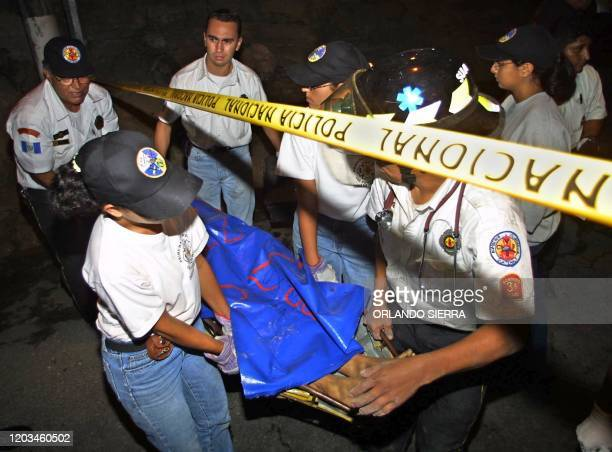 Rescuers take away a cadaver of one of the 14 victims of a bus accident which fell from the San Cristobal bridge 8 September 2002 in the south...
